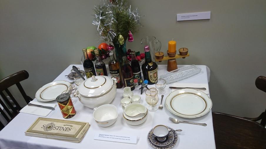Sovietmečio šventinio stalo serviravimas